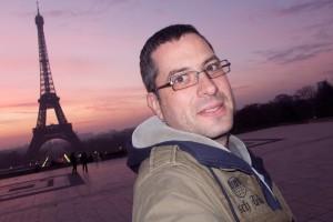 Ich vor dem Eifelturm in Paris