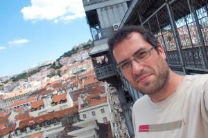 Ich vor dem Aufzug von Eifel in Lissabon